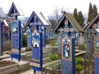 SĂPÂNȚA - Cimitirul Vesel, unul dintre cele mai vizitate obiective turistice din județ