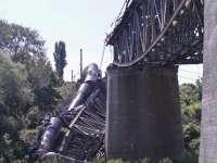 Șapte vagoane ale unui marfar au căzut în gol după ce un viaduct s-a rupt