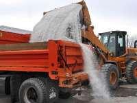 Sarea din materialul antiderapant aruncat pe şosele afectează maşinile şi strică drumurile din Maramureş