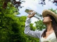 Șase mituri false despre deshidratare. Câtă apă trebuie să bem
