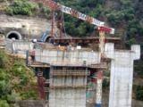 Sfârşit tragic pentru un tânăr din Maramureș. A căzut cu buldozerul 80 metri în gol de pe un viaduct și a murit