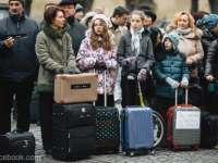 Sibiu - Sute de oameni cu genţi de voiaj, la protestul mut din faţa sediului PSD