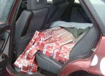 SIGHET - 24 de baxuri de țigări de contrabandă descoperite de către un echipaj al poliției rutiere într-un autoturism cu numere false
