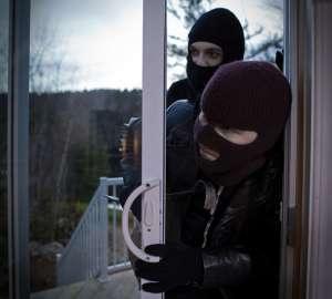 SIGHET: A plecat de la domiciliu fără să încuie uşa şi a rămas fără laptop
