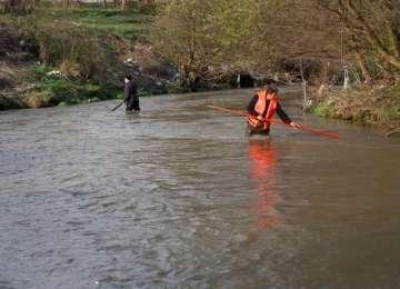 SIGHET: Cadavru descoperit în râul Iza, scos de pompieri