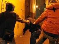 SIGHET: Două persoane atacate și tâlhărite de un grup de tineri, în fața unui bloc