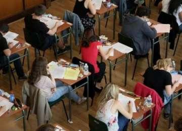 SIGHET: Elevă eliminată de la examenul de Bacalureat după ce a fost prinsă în timp ce copia
