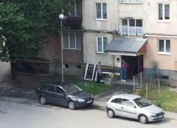 SIGHET: INCONȘTIENȚĂ - Doi indivizi sparg ferestrele pe spațiul verde din fața blocului, fără să le pese de copiii care se joacă în zonă