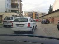 SIGHET: NESIMȚIRE DE ÎNCEPĂTOR - Un șofer a parcat după cum l-a tăiat capul, blocând complet o stradă