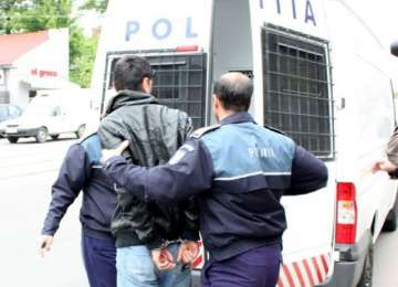 SIGHET - Trei tineri, cu vârste între 13 și 18 ani, au bătut un bărbat și l-au tâlhărit în propria casă