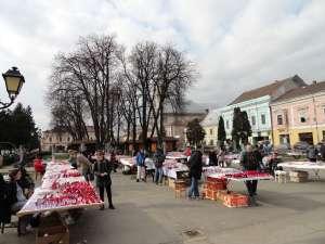 SIGHET: Zeci de tarabe cu mărțișoare au ocupat platoul din centrul orașului