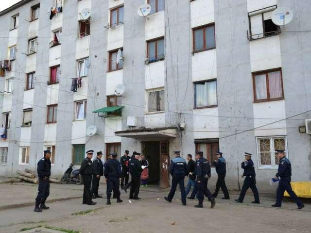 """FOTO: Razie de amploare în blocul 2 - """"blocul NATO"""" din cartierul Cuza Vodă"""