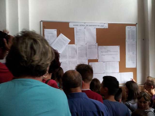 FOTO SIGHET - S-au afişat primele rezultate la examenul de Evaluare Naţională la şcolile din toată ţara