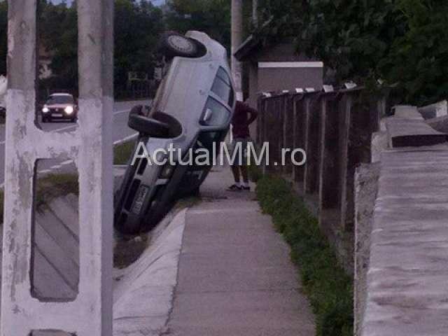 ACCIDENT – Un autoturism s-a lovit de un podeț pe DN1C, în Lăpușel