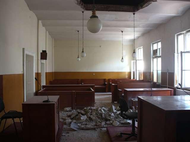 Tavanul Tribunalului Satu Mare s-a prăbușit peste justițiabili. Un deținut a fost grav rănit
