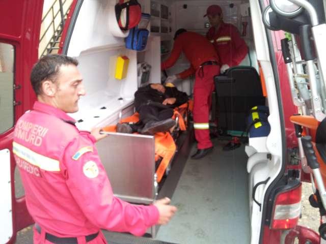 FOTO EXCLUSIV SIGHET 247 - O persoană transportată de SMURD la spital, după ce a căzut și s-a lovit la cap