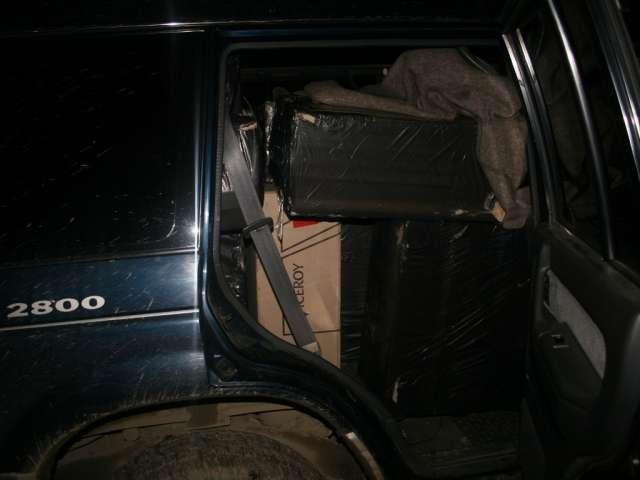 Autoturism plin cu ţigări de contrabandă reţinut la frontiera româno-ucraineană