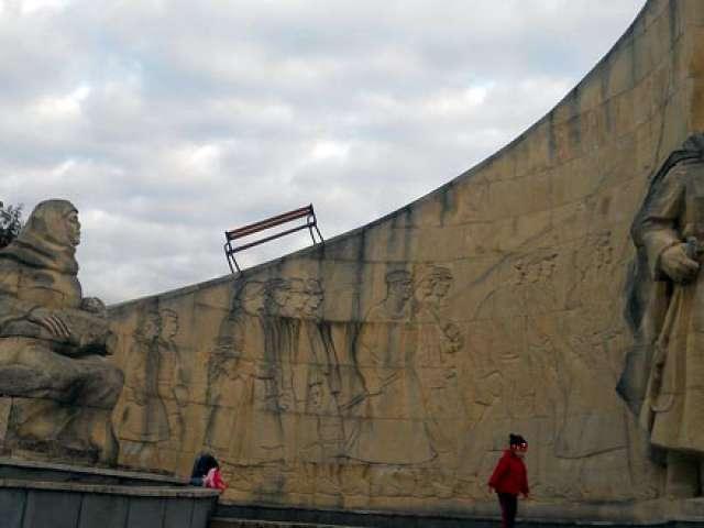 BAIA MARE: O bancă a ajuns în vârful Monumentului Ostaşului Român
