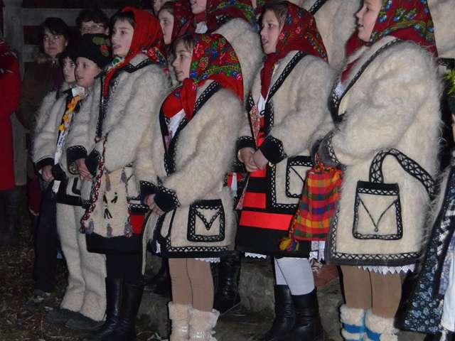 Elevii şcolii gimnaziale din Vadu Izei l-au întâmpinat cum se cuvine pe Moş Nicolae în aceasta seara