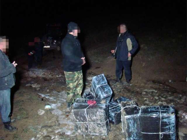 FOTO - Nouă colete cu țigări confiscate și un maramureșean reținut cu un foc de armă la frontiera cu Ucraina