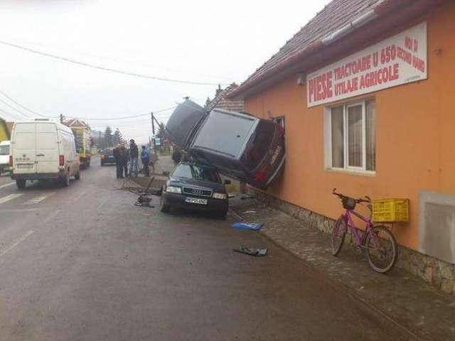 FOTO - Accidentul care sfidează logica: Un bărbat a intrat cu maşina intr-o casă