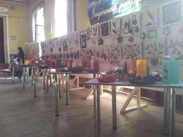 """GALERIE FOTO - Expoziție cu vânzare de mărțișoare confecționate de persoanele cu handicap: """"Și eu pot să dăruiesc"""""""