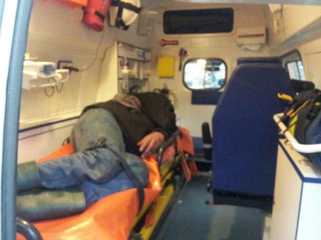FOTO - Ambulanța a intervenit de urgență pentru a ridica un bărbat căzut în stradă