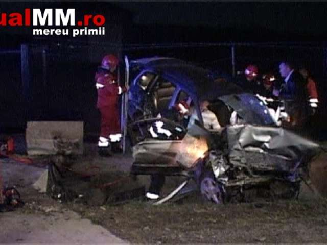 FOTO + VIDEO - Un BMW s-a izbit de un podeț la Șomcuta Mare, ocupanții mașinii fiind încarcerați