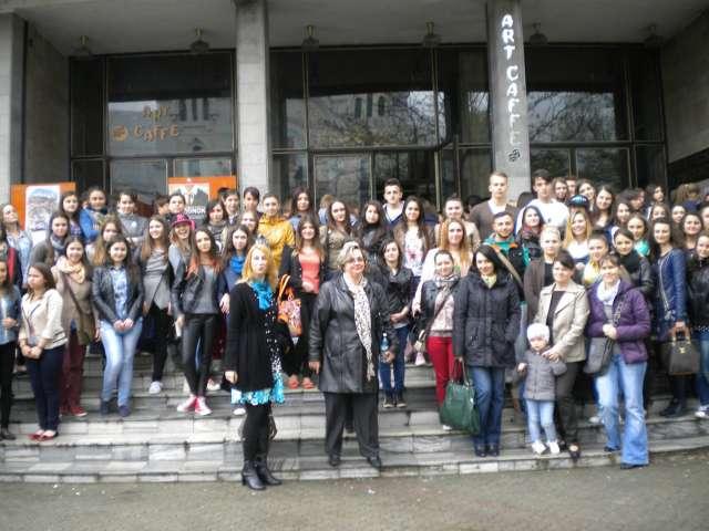 """FOTO - Școala altfel - Elevi de la Liceul pedagogic """"Regele Ferdinand"""" din Sighet au vizionat piesa """"Femeia mării"""" la Teatrul municipal Baia Mare"""