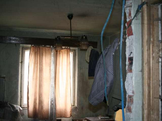 FOTO - Bombă ecologică într-un apartament părăsit din Sighet, invadat de aurolaci. Deși sănătatea locatarilor este în pericol, autoritățile spun că nu pot interveni