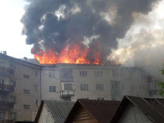 ULTIMA ORĂ: Acoperişul unui bloc din cartierul Bogdan Vodă a fost cuprins de flăcări