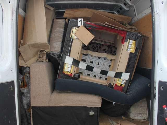 VIDEO: Țigări de contrabandă ascunse în fotolii la Vadu Izei şi focuri de armă în localitatea Tisa