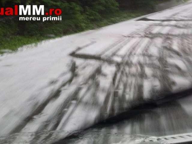 FOTO - Deși vara bate la ușă, în Pasul Gutâi se circulă în condiții de iarnă, drumul fiind acoperit de gheață