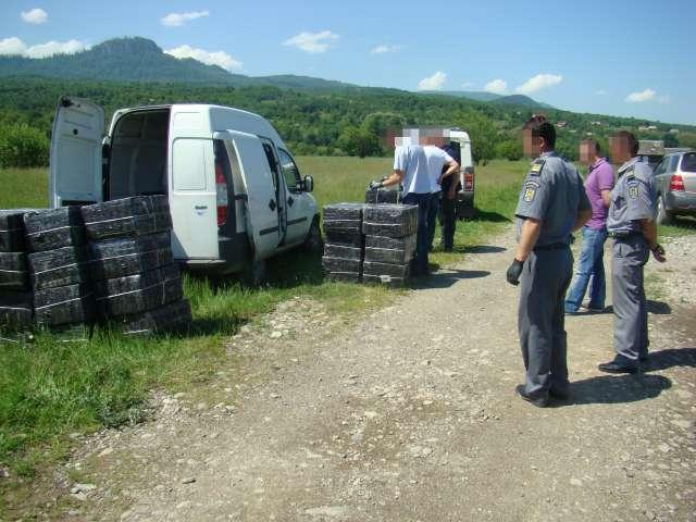 VIDEO CONTRABANDĂ - Țigări în valoare de aproximativ 60.000 euro, descoperite într-o căruța și un autoturism