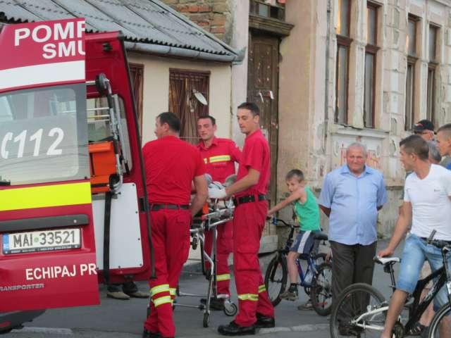 FOTO - Unui bărbat i s-a făcut rău într-un local din Sighet și a fost preluat de o ambulanță SMURD
