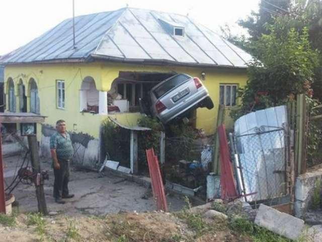 FOTO: ACCIDENT INCREDIBIL - O șoferiță s-a înfipt într-o casă
