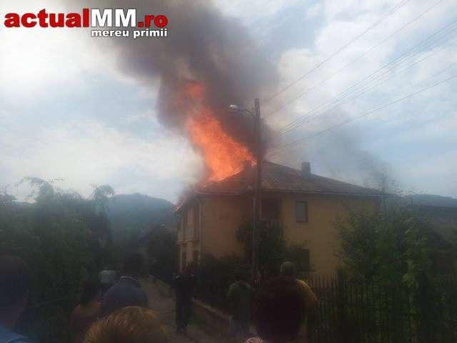 VIDEO: INCENDIU la Vișeu de Sus - Acoperișul unei vile a fost mistuit de flăcări. Un pompier s-a intoxicat cu fum