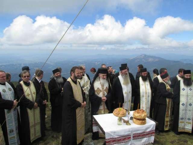 GALERIE FOTO - PreaSfinția Sa Vasile Someşanul a sfinţit un monument pe vârful Muntelui Țibleș