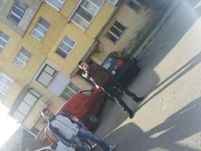 VIDEO - Membri PNL stau în fața secțiilor de votare, îndemnând alegătorii să voteze cu candidatul ACL. Echipa Sighet 247 a fost atacată de către aceștia