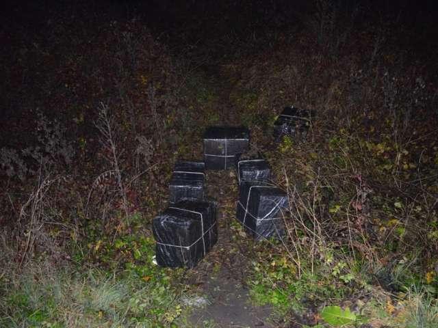 SIGHET: Peste 6.000 pachete cu ţigări confiscate ieri de poliţiştii de frontieră. Două persoane au fost reţinute