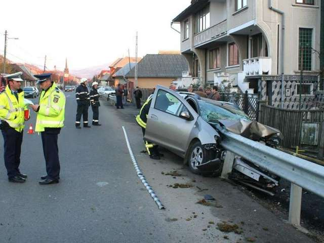 ACCIDENT GRAV la Tăuţii de Sus: Un bărbat a ajuns la spital după ce s-a izbit frontal de un parapet metalic, acesta străpungând caroseria maşinii