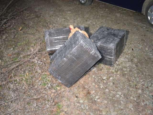FOTO & VIDEO: FOCURI DE ARMĂ - Ţigări de contrabandă în valoare de aproximativ 170.000 lei, confiscate de către poliţiştii de frontieră