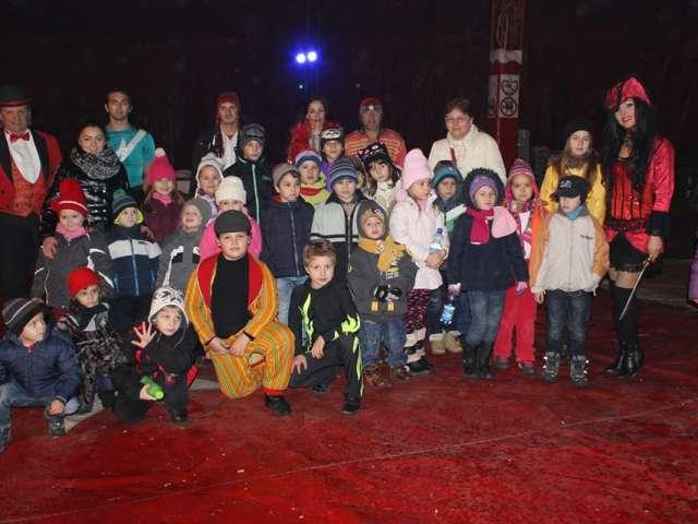 """Copiii implicati în acțiuniunea ecologica """"Copacul vieții"""" alături de artiştii de la Circul Colosseum"""