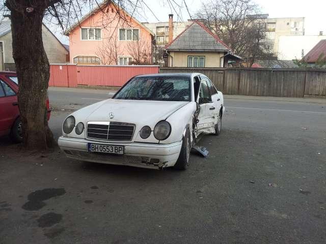 FOTO ACCIDENT SIGHET - Un VW Passat a lovit în plin un Mercedes care nu a acordat prioritate de trecere