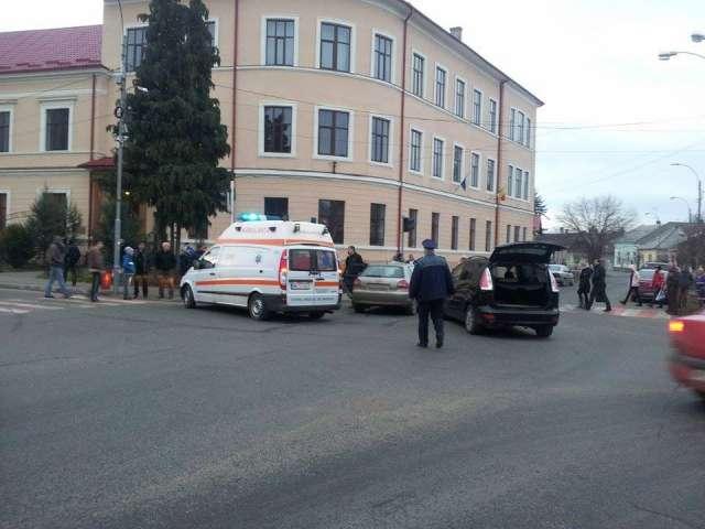FOTO - SIGHET: Accident soldat cu o victimă, în intersecţia de lângă Liceul Pedagogic