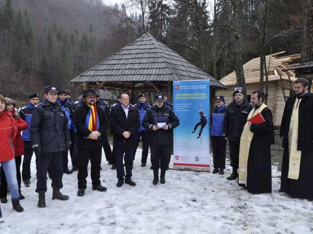 """FOTO: Activităţi ale jandarmilor montani maramureşeni, pe Valea Vaserului, în cadrul Campaniei """"Jandarmeria Montană, pentru un mediu sigur!"""""""