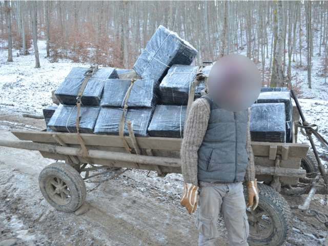 VIDEO - SIGHET: Zece focuri de avertisment, trei persoane reținute și 29.830 pachete țigări confiscate de polițiștii de frontieră