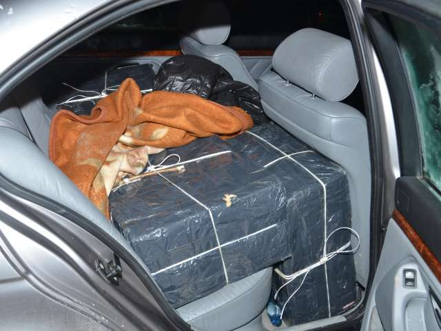 FOTO: Contrabandist urmărit în trafic, oprit cu focuri de armă. Poliţiştii maramureşeni au confiscat ţigări în valoare de aproximativ 50.000 de lei