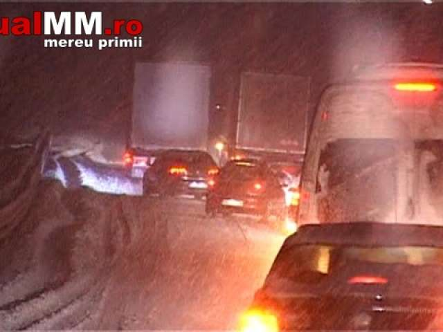 VIDEO - Blocaje pe drumurile din Maramureș. Nervi și înjurături în trafic. În Sighet deszăpezirea este ca și inexistentă