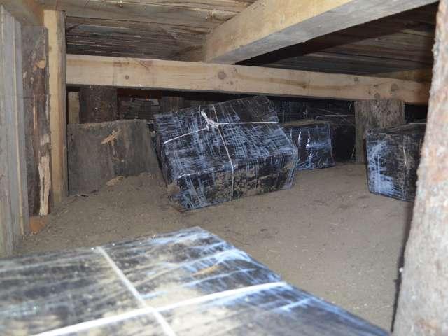 VIDEO - CRĂCIUNEŞTI: 7.000 pachete ţigări confiscate de către poliţiştii de frontieră de la domiciliul unui maramureşean